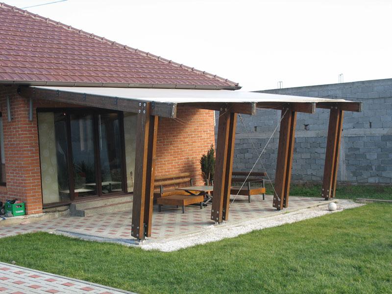 Drvena konstrukcija letnje baste za dvorista pokrivena akrilnim platnom